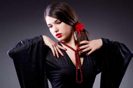 bailando flamenco: Joven atractiva mujer bailando flamenco
