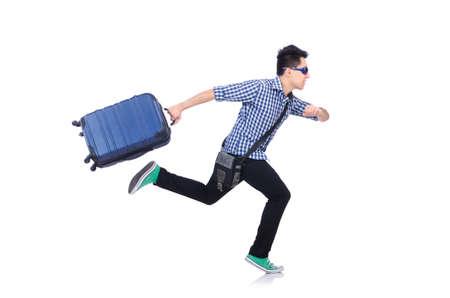 Chico joven con el caso de viajes sobre blanco