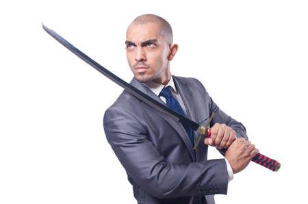 Zakenman met zwaard op wit wordt geïsoleerd