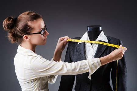 Krawiec kobieta pracuje na odzieży