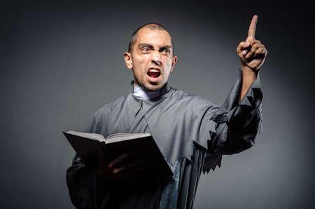 흰색에 격리하는 젊은 사제