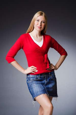 Femme dans le concept de vêtements de mode