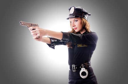 Vrouwelijke politie geïsoleerd op het witte