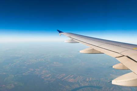 Vliegtuigvleugel uit het raam Stockfoto