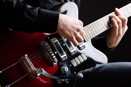 コンサート中にギターを持つ男