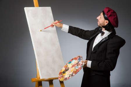 Lustige Künstler der Arbeit im Studio Standard-Bild - 46021554