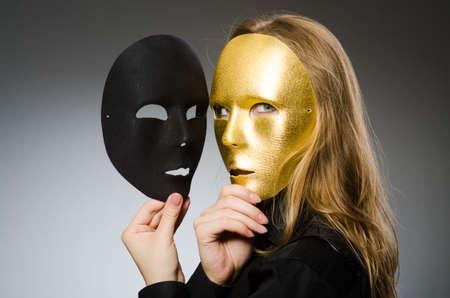 面白いコンセプトのマスクを持つ女性