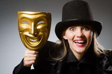 Vrouw met masker in grappige begrip Stockfoto