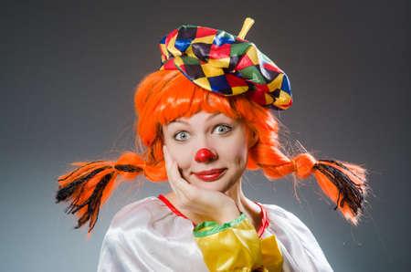 Clown in grappige concept op een donkere achtergrond