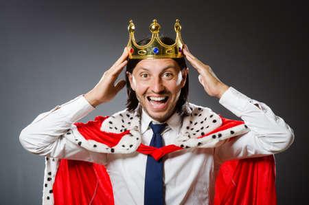 hombre de negocios joven rey en concepto real