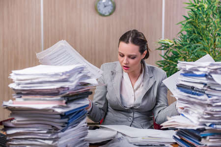 Femme d'affaires stressée travaillant au bureau