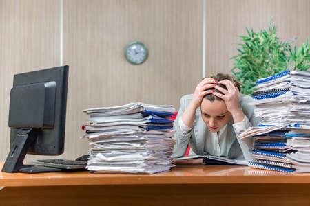 過剰な紙の仕事からのストレスの下で女性