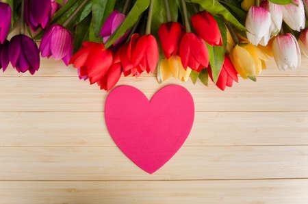 Flores de tulipanes arreglados con copyspace para su texto