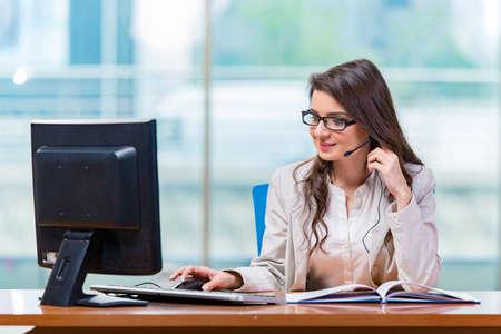 operador de call center que trabaja en la oficina