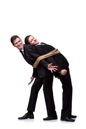 Hermanos gemelos atadas con una cuerda aislado en el blanco