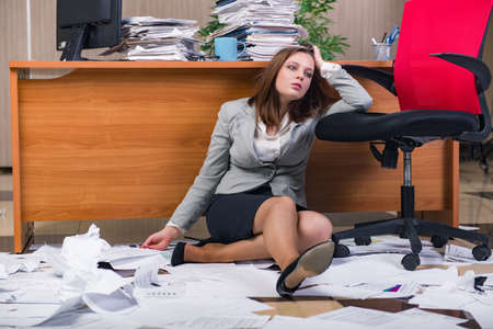 Empresaria bajo tensión de trabajo en la oficina