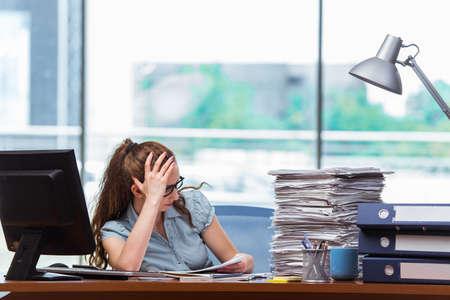 Stressed zakenvrouw met een stapel papieren