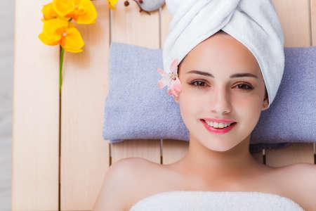 Jeune femme dans le concept de spa