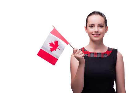 Frau hält kanadische Flagge isoliert auf weiß