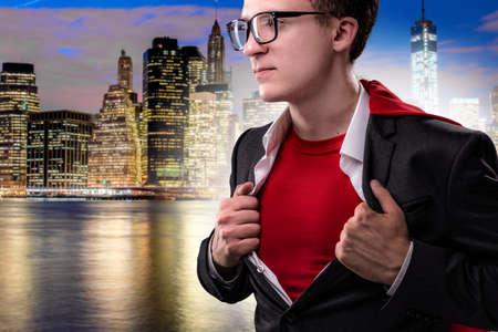 スーパー ヒーローの概念で赤い表紙の男