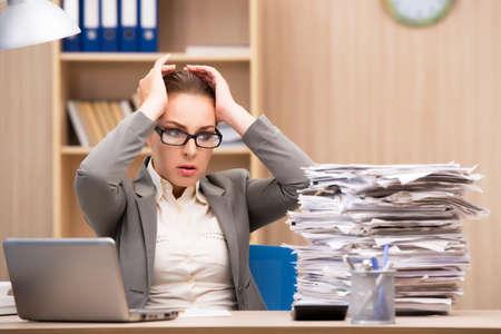 Businesswoman w stresie przed zbyt dużo pracy w biurze Zdjęcie Seryjne
