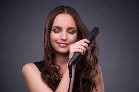 Hermosa mujer de aplicar el maquillaje en concepto de moda