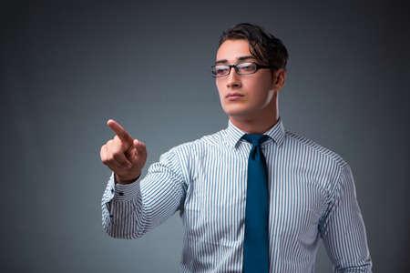 Apuesto hombre de negocios que presiona los botones virtuales