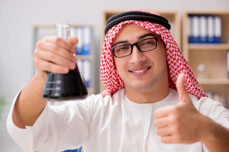 uomo d'affari arabo che lavora in ufficio Archivio Fotografico