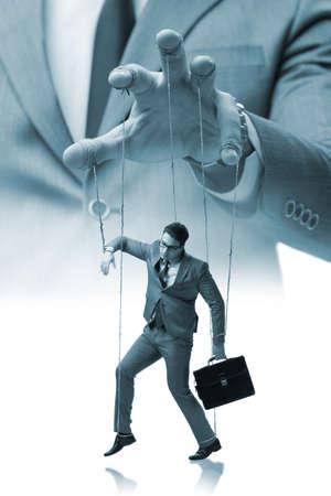 Zakenmanmarionet die door werkgever wordt gemanipuleerd Stockfoto - 68751118