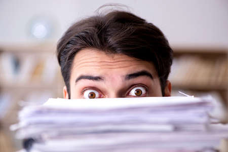 Zakenman worstelen om uitdagende deadlines te halen Stockfoto