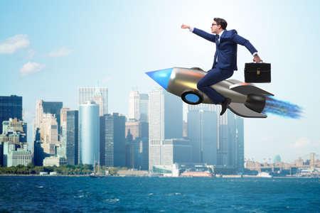 Zakenman vliegen op raket in bedrijfsconcept