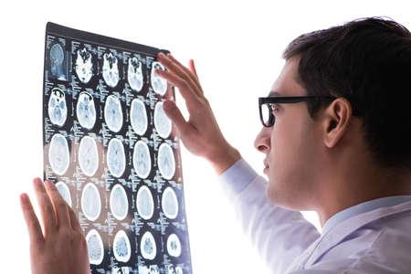 Jonge arts kijken naar computer tomografie x-ray beeld
