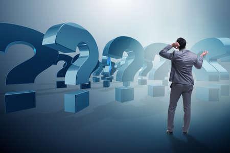 Homme d'affaires dans le concept d'incertitude avec des points d'interrogation Banque d'images - 69481672