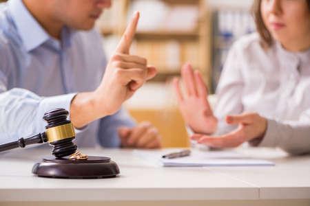 Rechter hamer beslissen over huwelijkse echtscheiding Stockfoto
