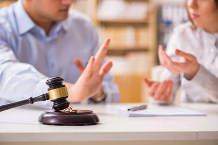 Richter Hammer Entscheidung über Ehe Scheidung Standard-Bild - 70041487