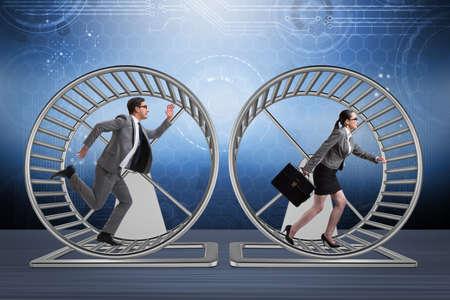 Business-Konzept mit Paar läuft auf Hamsterrad Standard-Bild - 70125692