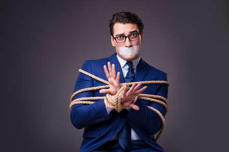 人質し、ロープで縛られ実業家