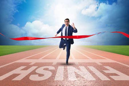 Hombre de negocios en la línea de meta en el concepto de la competición