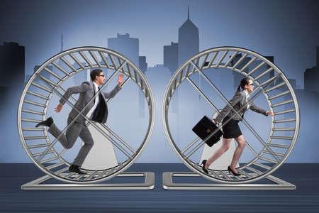 Business-Konzept mit Paar läuft auf Hamsterrad