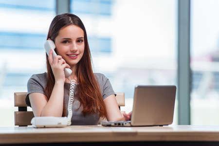 Jeune femme parlant au téléphone dans le bureau