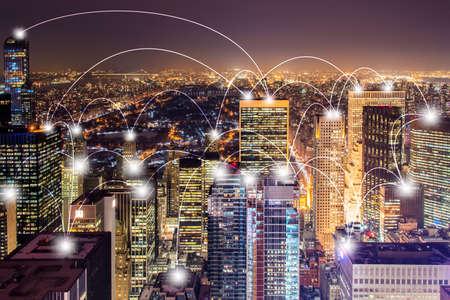 Concepto de Internet de las cosas en la ciudad Foto de archivo