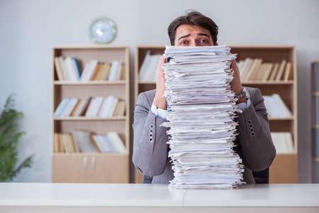 Geschäftsmann beschäftigt mit Papierkram im Büro Standard-Bild - 74243243