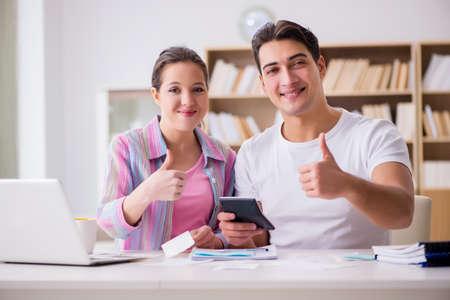 Junge Familie , die Familie Finanzen bespricht