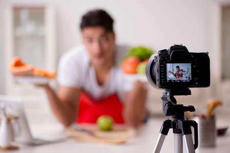 blogger de comida de trabajo en la cocina Foto de archivo