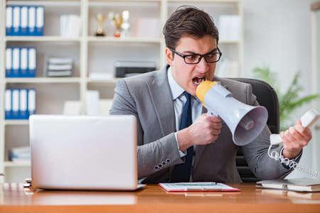 オフィスで怒っている積極的なビジネスマン 写真素材