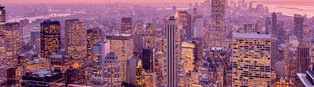 日没時間中のニューヨーク マンハッタンの景色 写真素材