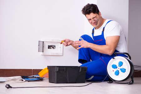 自宅の電気修理を行う変な男