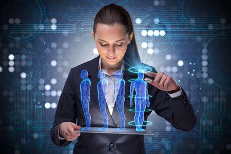 Concetto futuro di diagnostica a distanza con la donna d'affari