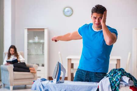 Mann Ehemann Bügeln zu Hause helfen seine Frau