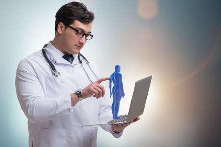 Männlicher Doktor im futuristischen medizinischen Konzept Standard-Bild - 75685492